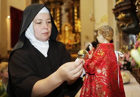 Karmelitky oblékly Pražské Jezulátko kvůli papežské návštěvě do červených šatů s hermelínovým rouchem (25. září 2009)