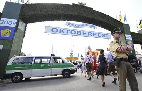 Němečtí policisté posílili bezpečnostní opatření na festivalu Oktoberfest poté, co zadrželi dva islamisty, kteří hrozili Německu teroristickými útoky (28. října 2009)