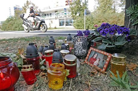 U přechodu v Krnově, kde policejní auto srazilo při pronásledování jiného vozu mladý pár, zapalují lidé svíčky. Nehodu nepřežila třiadvacetiletá žena, třicetiletý muž bojuje o život (28. září 2009)
