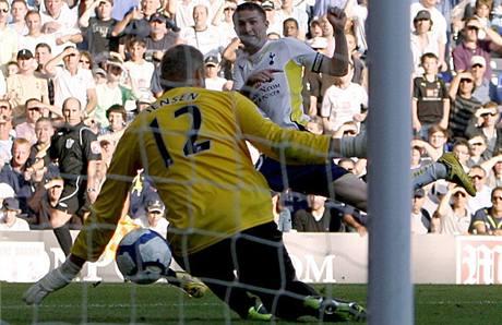 Tottenham - Burnley: Robbie Keane střílí gól