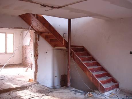 Původní schodiště na chloubu domu rozhodně neaspirovalo