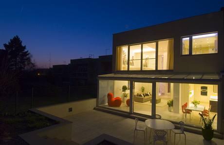 Večerní pohled nejlépe dokládá, jak se dům změnil. Žaluzie a závěsy zaručují dostatek soukromí