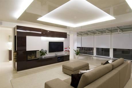 Nepřímé osvětlení stropu místnost opticky zvyšuje