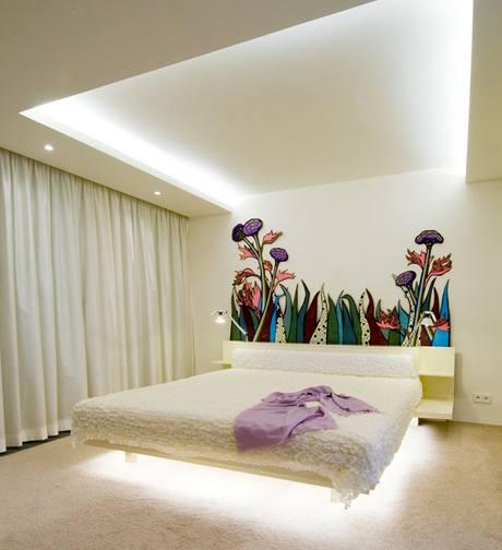 Ložnice s nepřímým osvětlením stropu, ale i prostoru pod lůžkem