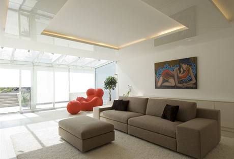 Akcent teplé červené barvy dodává interiéru příjemné oživení