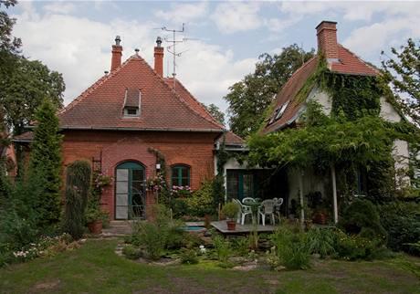 Majitel je zahradním architektem, majitelka zahradnicí – a kolem domu je to patrné
