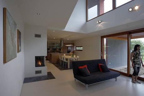 Společný obytný prostor zatepluje podlaha ze světlého marmolea v mandlovém odstínu