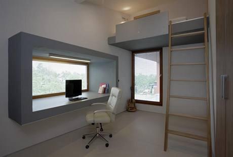 Rámování okna přechází v dětském pokoji z exteriéru do interiéru a vytváří atypickou pracovní plochu. Patro na spaní významně zvětšuje využitelnou plochu pokoje