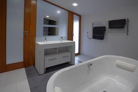 Koupelnu rodičů opticky zvětšuje světlý velkoformátový obklad a dlažba