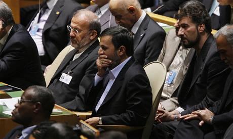 Íránský prezident Mahmúd Ahmadínežád zívá při projevu Baracka Obamy (22. září 2009)