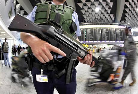 Němci zpřísňují kvůli hrozbám Al-Kajdy bezpečnostní opatření na letištích, nádražích a dalších místech