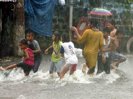 Přivalové deště po tropické bouři způsobily v ulicích filipínské metropole Manily záplavy (26. září 2009)