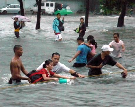 Přívalové deště po tropické bouři způsobily v ulicích filipínské metropole Manily záplavy (26. září 2009)