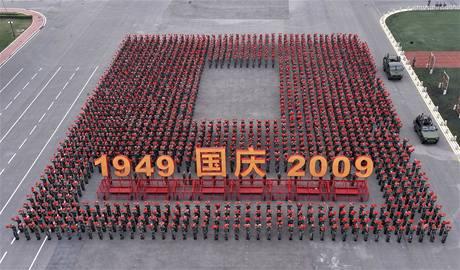 Při velkolepých oslavách 60. výročí vzniku Čínské lidové republiky se představí 200 tisíc školáků a vojáků, alegorické vozy i nejnovější zbraně