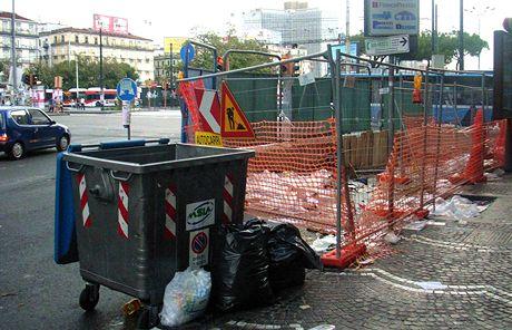 Itálie, Neapol. Popelnice na tříděný odpad nikoho nezajímají, odpadky se štosují před nimi