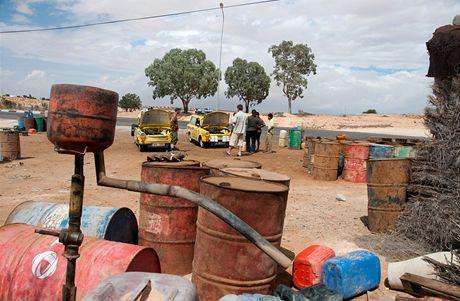 """Trabantem napříč Afrikou. Čerpací stanice v """"benzinové aleji"""""""