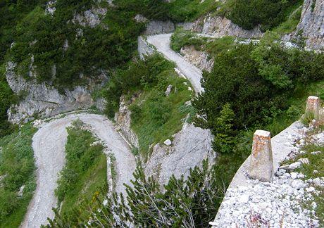 Ostré zatáčky na šotolinové cestě vás svedou z horského průsmyku Tremalza zpět ke Gardě.