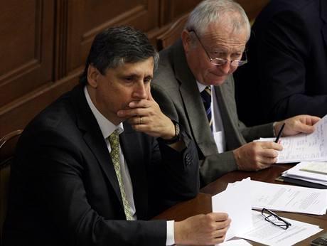 Premiér Jan Fischer spojuje svou podporu se státními financemi a jejich správcem Eduardem Janotou. Proto pozval šéfy těch stran, které podpořily jeho úsporná opatření.