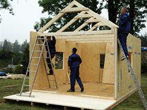 Trámy drží kolmo, protože jsou vsunuté mezi přesně vyřezané drážky panelů