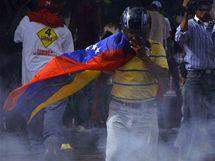 I přes zákaz vycházení se v ulicích honduraské metropole objevily tisíce lidí (24. 9. 2009)