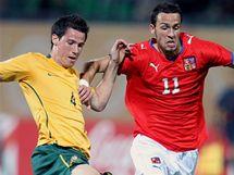 Česko - Austrálie: útočník Jan Vošahlík (vpravo) ve sprinterském souboji s Ryanem McGowanem