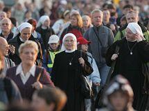 Z dálnice D1 proudily do Tuřan na papežovu mši tisíce lidí