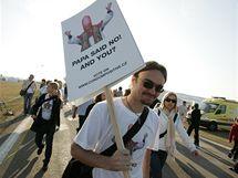 Demonstrující na papežově mši v Brně-Tuřanech