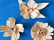 11/ Z vystřihaných tvarů, lístečků, obrysů kytiček, středů, sestavte a slepte květy, které po zaschnutí lepidla můžete na okrajích natřít zlatou a bílou akrylovou barvou