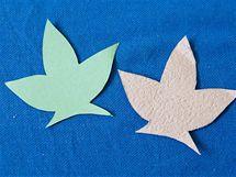 12/ Jako podklad pod květy použijte listy, které si vystřihněte podle šablony z plochých částí obalů. Případný potisk můžete nakonec zamaskovat akrylovou barvou