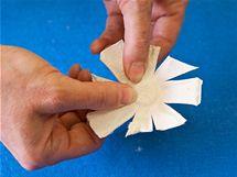 8/ Například z vystouplých částí obalů vytvořte rozstřiháním po obvodu základy květů, které můžete upravit zaoblením nebo zašpičatěním jednotlivých lístků
