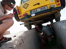 Trabantem napříč Afrikou. Tak tečou brzdy, nebo netečou?