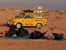 Trabantem napříč Afrikou. Vstávání v poušti už tak povznášející není