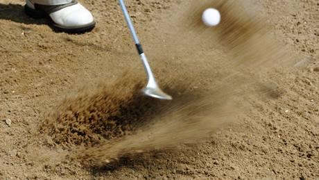 Sand wedge a golfová rána z písku.
