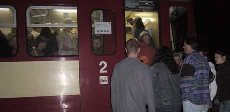 Noční vlakový spoj ze Skalice nad Svitavou do Brna vezl ve voze pro 56 lidí asi 150 cestujících