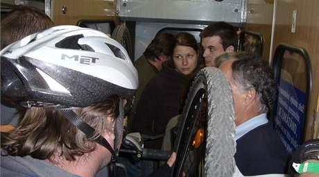 Nacpaný vlak ze Skalice nad Svitavou do Brna, cyklisté drželi kola ve vzduchu