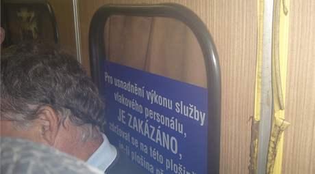 Nacpaný vlak ze Skalice nad Svitavou do Brna - lidé stáli všude, i na zakázané plošině u strojvedoucího