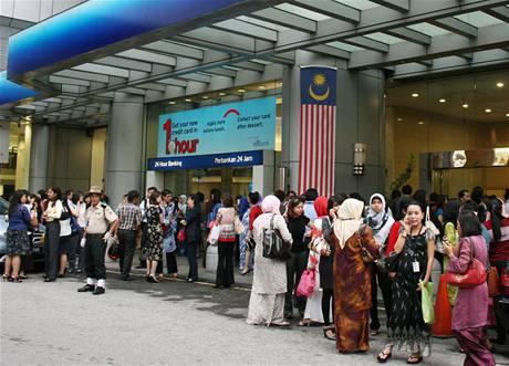 Po zemětřesení na Sumatře evakuovaly firmy své zaměstnance z výškových budov v Singapuru ale také třeba v Kuala Lumpuru (na snímku). 30. září 2009