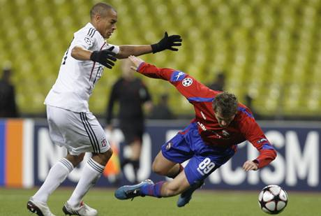 CSKA Moskva - Besiktas: český útočník moskevského celku Tomáš Necid padá po souboji se Serdarem Özkanem.