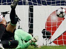 Favorit dostává nečekanou ránu. Marco Storari, brankář Ac Milán, inkasuje gól od FC Curych.