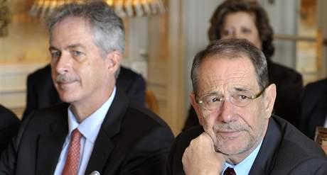 Představitel EU pro zahraniční politiku Javier Solana (vpravo) a náměstek americké ministryně zahraničí William Burns na jaderných jednáních v Ženevě (1. října 2009)