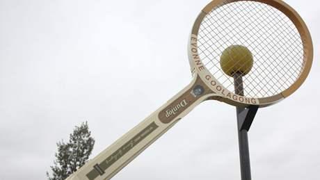 Obří tenisová raketa na počest Evonne Goolagongové v australském městečku Barellan