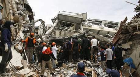 záchranáři pátrají po lidech uvázlých v troskách domů po zemětřesení na Sumatře (3. října 2009)