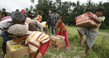 Tisíce Sumatřanů přišly při zemětřesení o všechno a potřebují humanitární pomoc (4. října 2009)