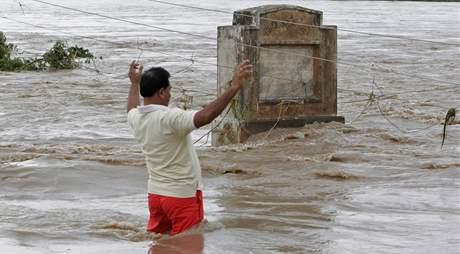 Jih Indie postihly nejhorší záplavy za posledních desetiletí. (3. října 2009)