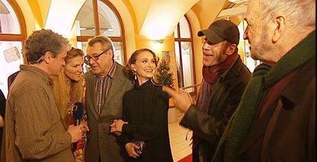 Záběry z filmu Miloš Forman: Co tě nezabije (režisér na snímku s Natalie Portman a Javierem Bardemem)