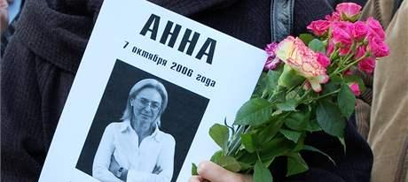 Stovky lidí si 7. října v Moskvě připomněly třetí výročí násilné smrti ruské novinářky Anny Politkovské. (7. října 2009)