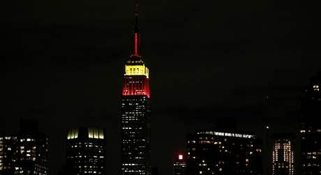 Kvůli oslavám 60. výročí vzniku Čínské lidové republiky se newyorský mrakodrap Empire State Building zbarvil do ruda (1. října 2009)