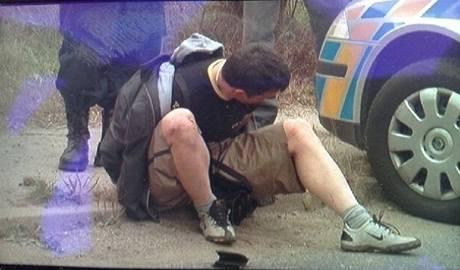 Řidiče kradeného auta policie zastavila prostřelením pneumatik. (2. října 2009)