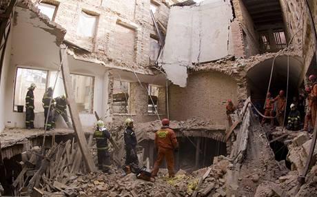 Hasiči zasahují v domě v Soukenické ulici, kde se propadly stropy. (3. října 2009)