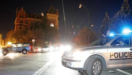 V pražské Křižovnické ulici unikal plyn z potrubí, hasiči z okolních domů evakuovali asi 100 lidí a policisté uzavřeli Karlův most. (9. 10. 2009)